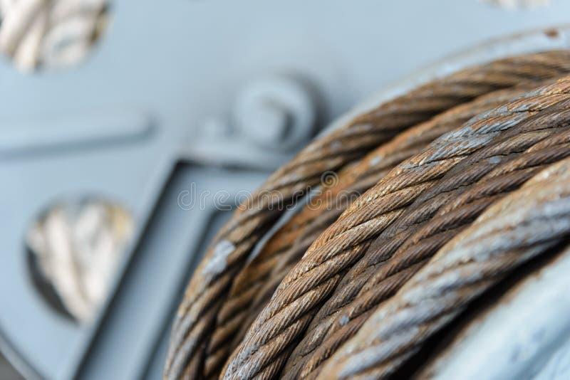 Estilingue da corda de fio ou estilingue do cabo na máquina do rolo do guincho imagem de stock