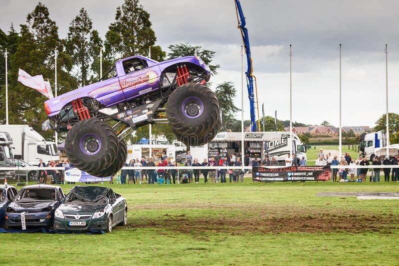 Estilingue do monster truck em Truckfest Norwich Reino Unido 2017 fotos de stock