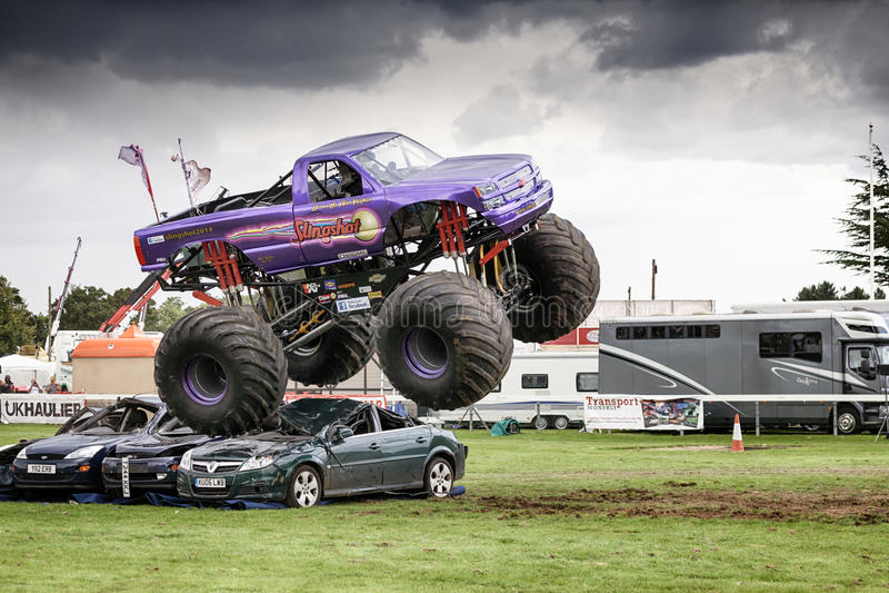 Estilingue do monster truck em Truckfest Norwich Reino Unido 2017 fotografia de stock