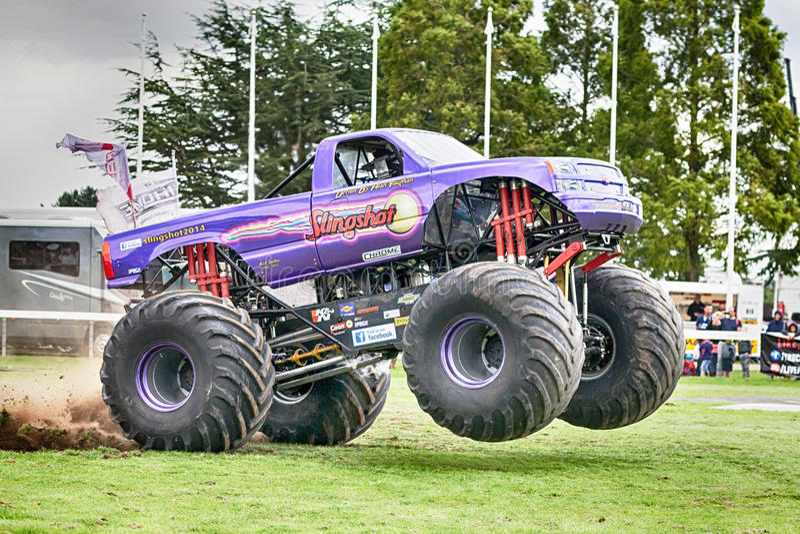 Estilingue do monster truck em Truckfest Norwich Reino Unido 2017 imagem de stock