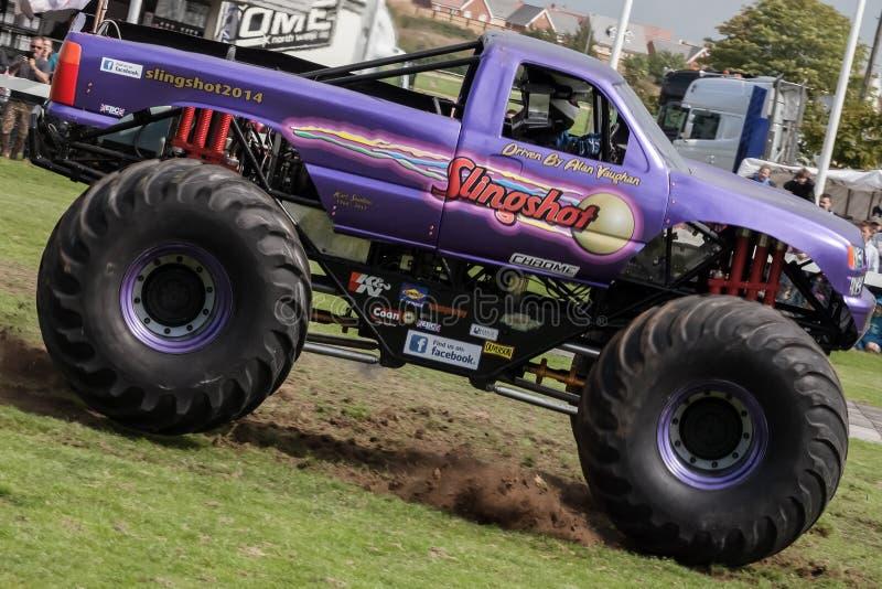 Estilingue do monster truck na ação da velocidade máxima em Truckfest fotos de stock