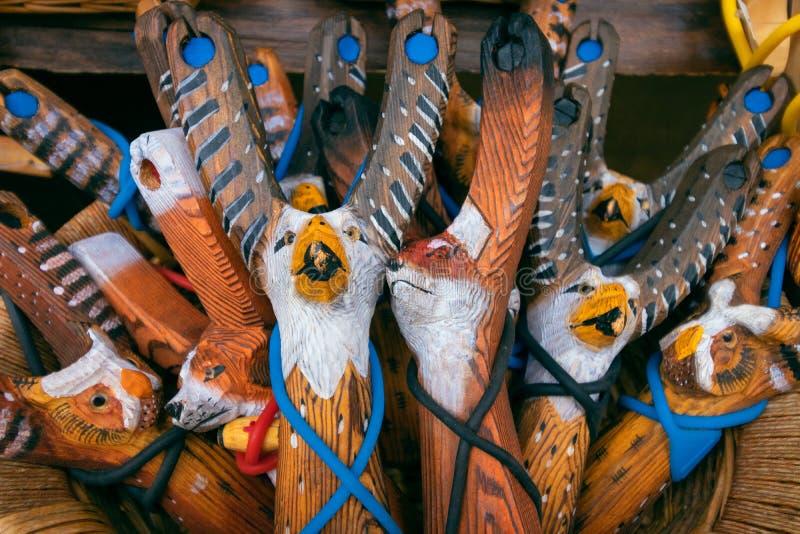 Estilingue feito a mão de madeira do brinquedo das crianças pintado à mão imagens de stock royalty free