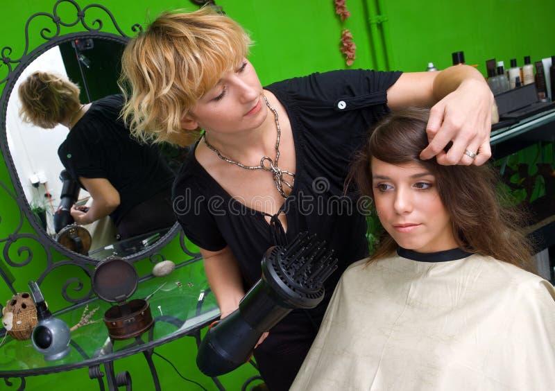 Estilista com funcionamento do secador de cabelo fotos de stock royalty free