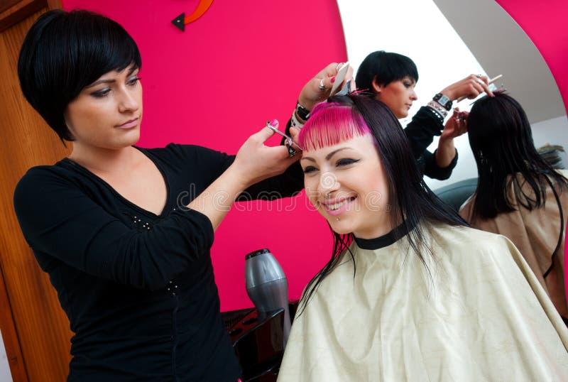 Estilista de cabelo no trabalho imagens de stock royalty free
