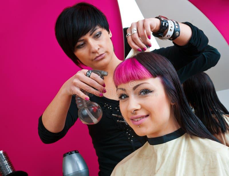 Estilista de cabelo que faz o corte de cabelo fresco fotografia de stock royalty free