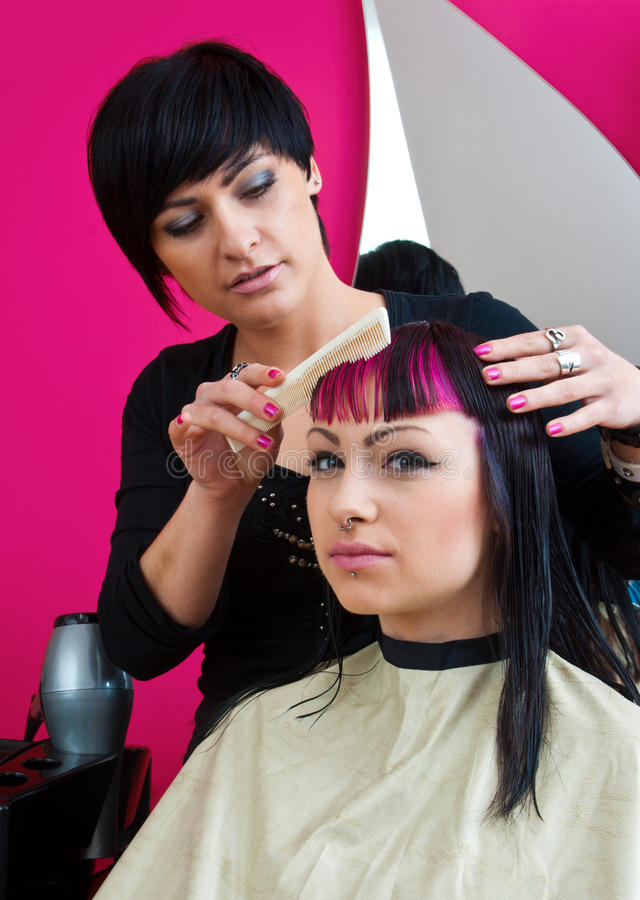 Estilista de cabelo que faz o corte de cabelo fresco imagens de stock
