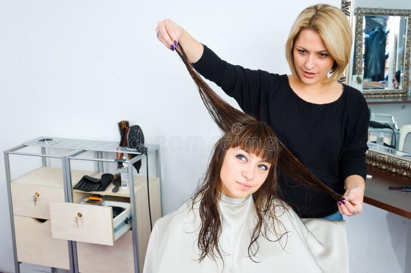 Estilista de pelo en trabajo fotografía de archivo
