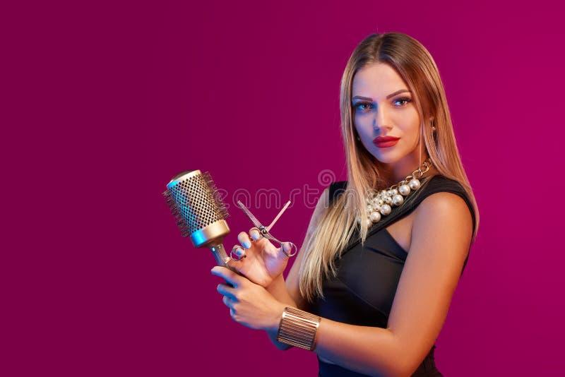 Estilista fêmea que está com hairdresser& x27; acessórios de s imagem de stock