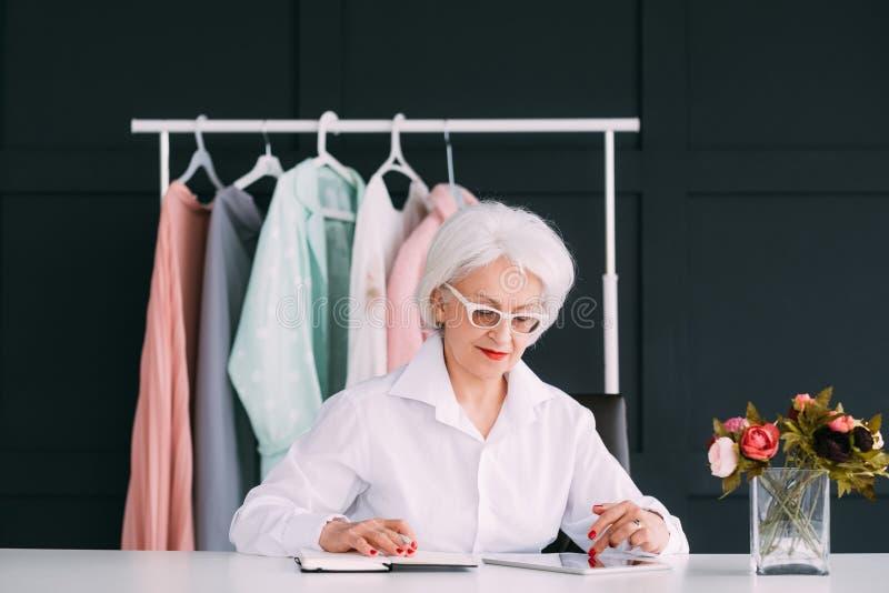 Estilista mayor acertado de la moda de la mujer de negocios fotos de archivo