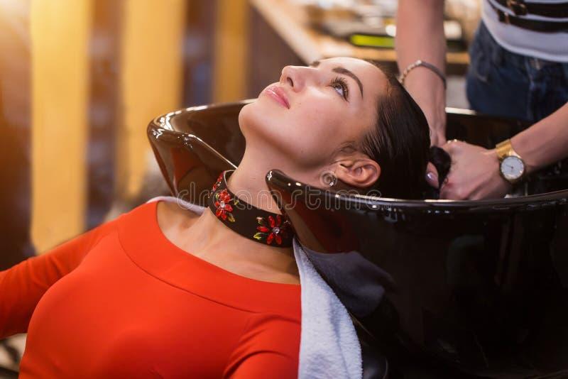 Estilista, pelo que se lava del peluquero al cliente antes de hacer el peinado Belleza, cuidado, cosméticos fotos de archivo