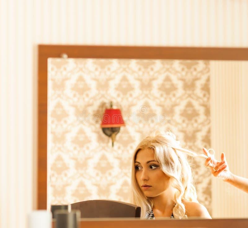 Estilista que prepara a la novia hermosa antes de la boda por una mañana imágenes de archivo libres de regalías