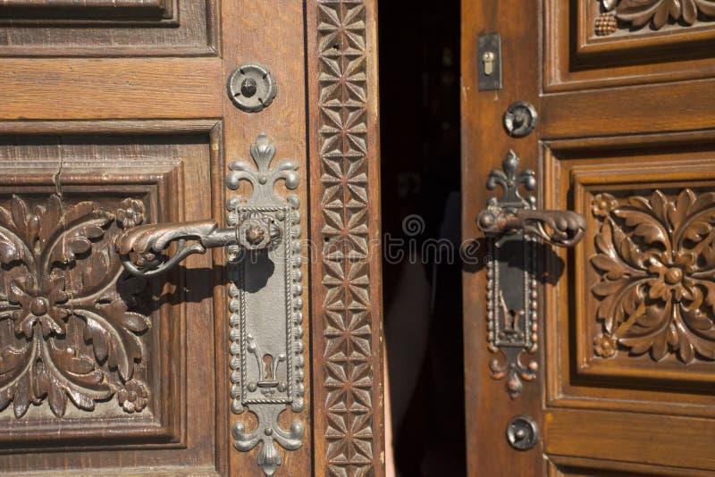 Estilo antigo de madeira clássico retro da porta e da porta de fechamento do anitque da igreja de St Ludmila imagens de stock royalty free