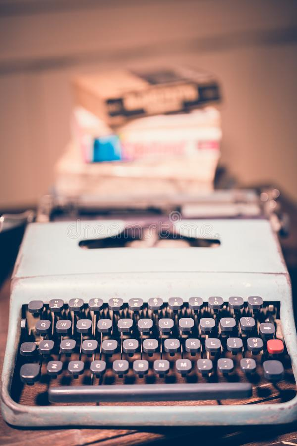 Estilo antigo do vintage da máquina de escrever com originais velhos ou o lette velho fotografia de stock