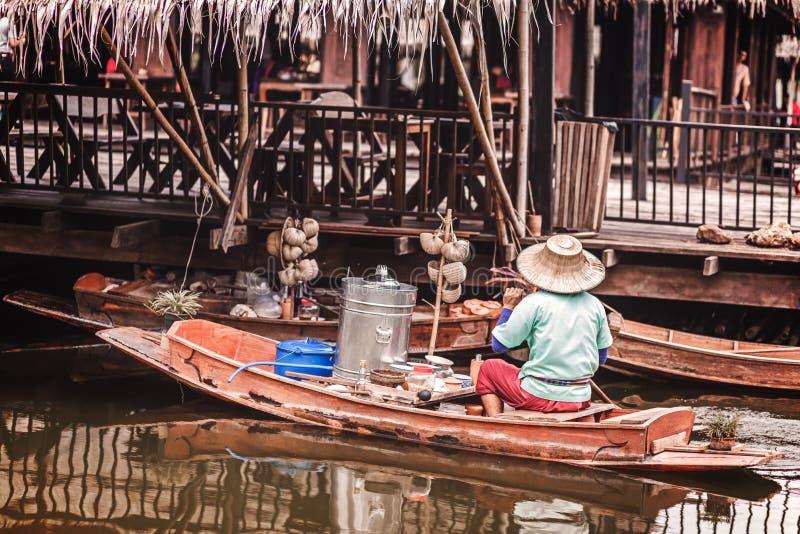 Estilo antigo e maneira tailandesa tradicional de vender o alimento do bote no rio imagem de stock royalty free