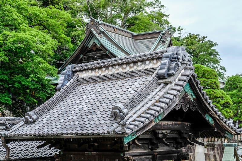 Estilo antigo japonês do telhado do santuário da telha de telhado no budismo em Japão imagens de stock royalty free
