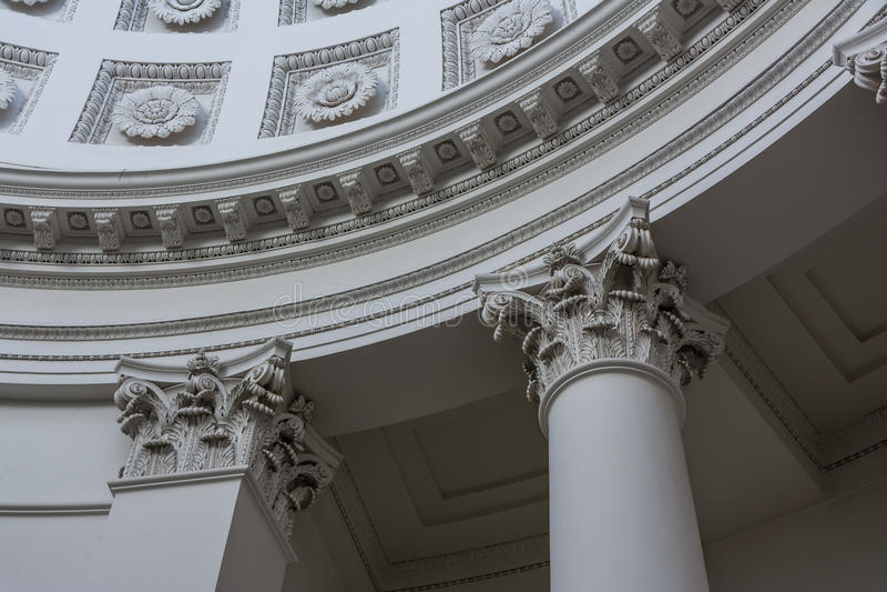 Estilo arquitectónico floral de la columna de la decoración europea vieja del top hola foto de archivo libre de regalías