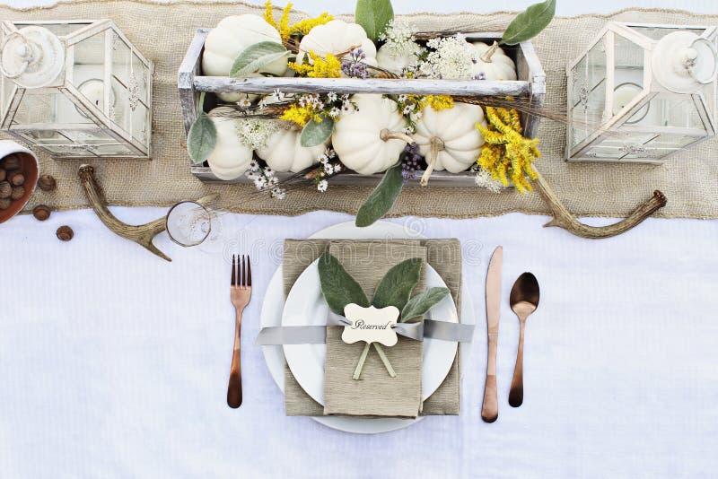 Estilo Autumn Table Setting da casa da quinta imagens de stock