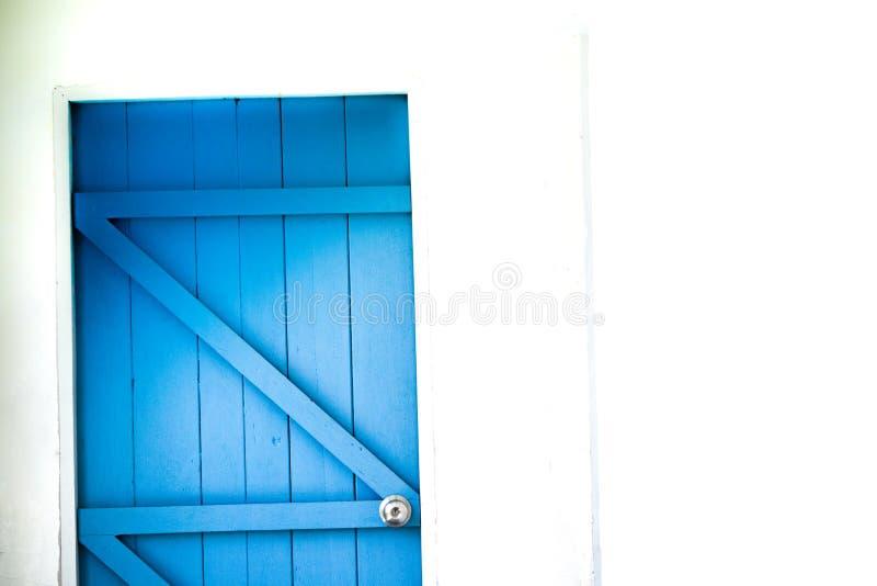 Estilo azul de la puerta mediterráneo imagenes de archivo