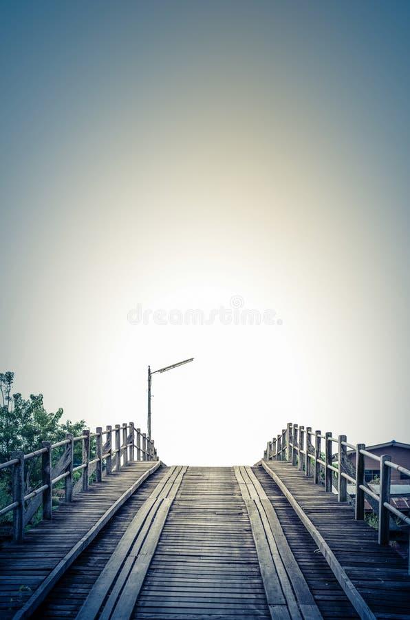 Estilo azul del vintage un puente viejo de la madera foto de archivo