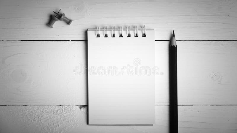 Estilo blanco y negro del color de la libreta y del lápiz imágenes de archivo libres de regalías