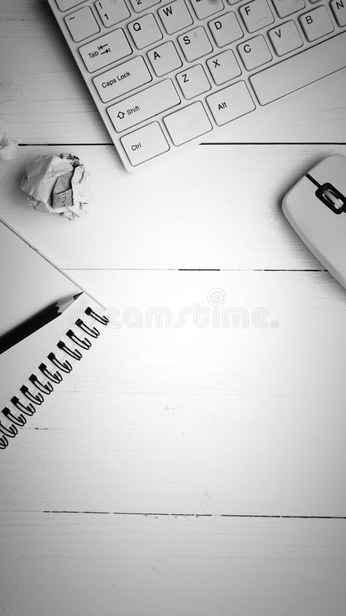 Estilo blanco y negro del color de la libreta y del ordenador foto de archivo