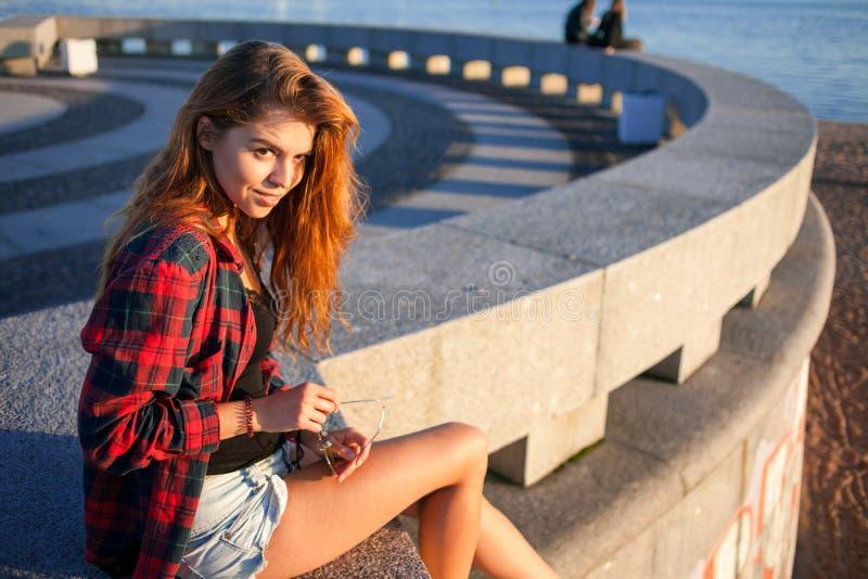 Estilo bonito do moderno da moça Retrato fora foto de stock royalty free