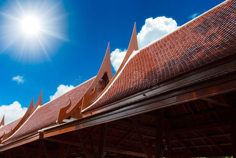 Estilo casero tailandés de la arquitectura del tejado tradicional de la casa foto de archivo libre de regalías