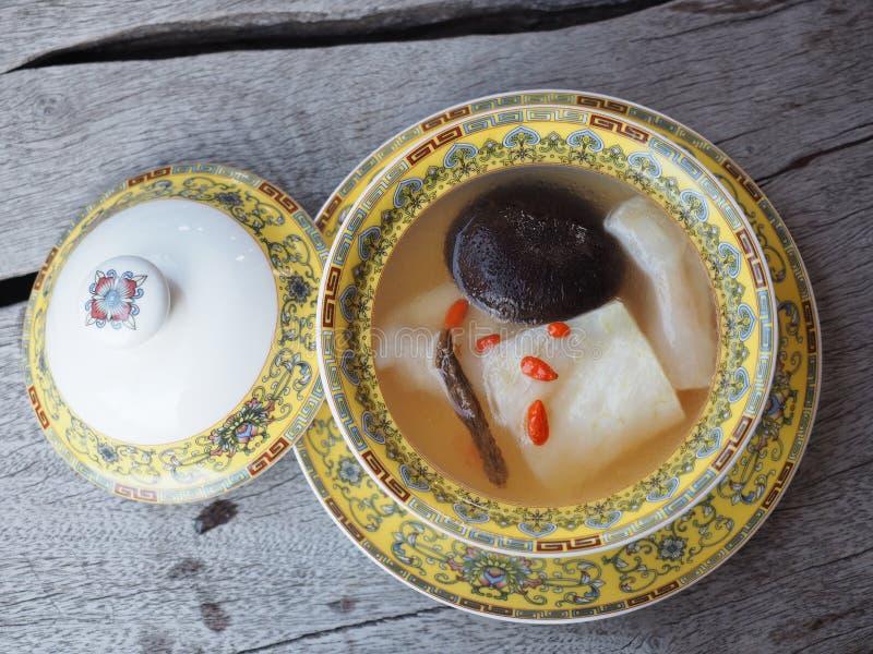 Estilo chinês cancelado da sopa do papo dos peixes frescos com cogumelo preto e as ervas chinesas fotos de stock