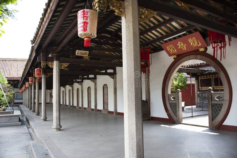Estilo chin?s do projeto e da l?mpada da decora??o no pagode do telhado do jardim no templo de Kaiyuan na cidade de Teochew em Gu fotografia de stock