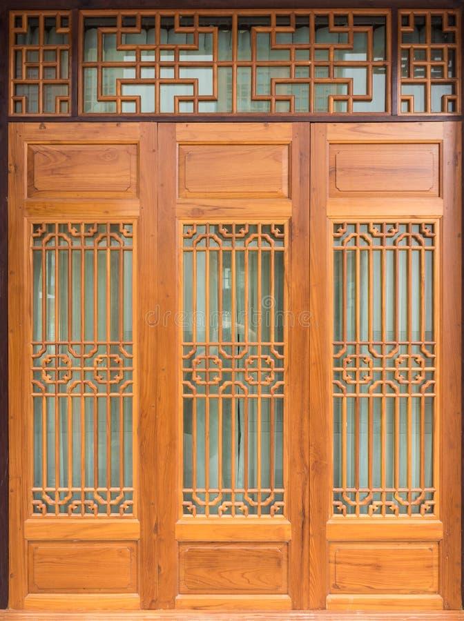Estilo chino de la puerta de madera fotos de archivo