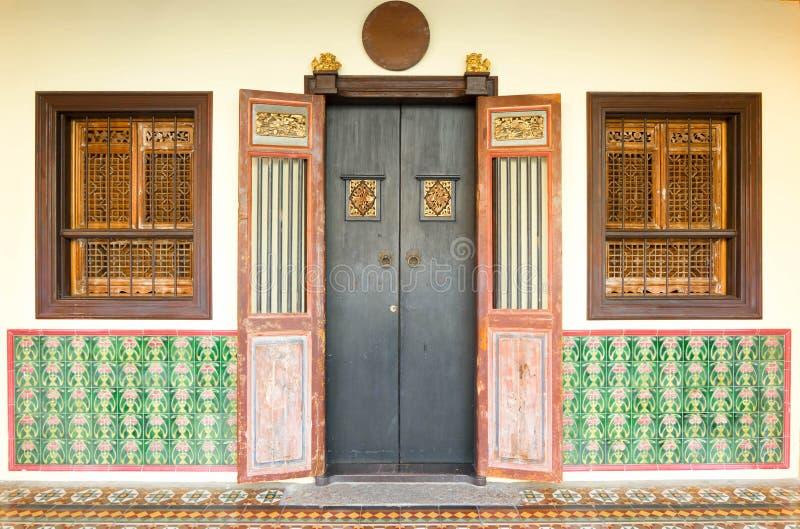 Estilo chinoportugués de los edificios viejos en la ciudad Tailandia de Phuket arco fotografía de archivo libre de regalías