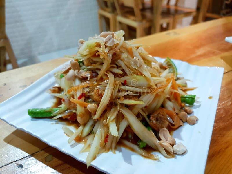 Estilo, cierre para arriba de la ensalada de la papaya con el tomate, camarón, chile, haba, correhuela y col tailandeses de la co foto de archivo