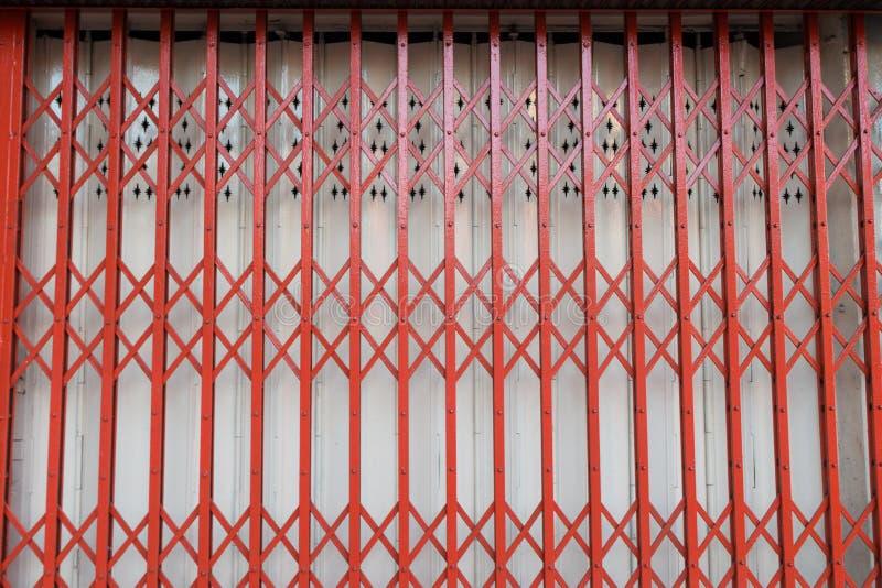 Estilo clásico de la puerta de acero roja fotografía de archivo libre de regalías