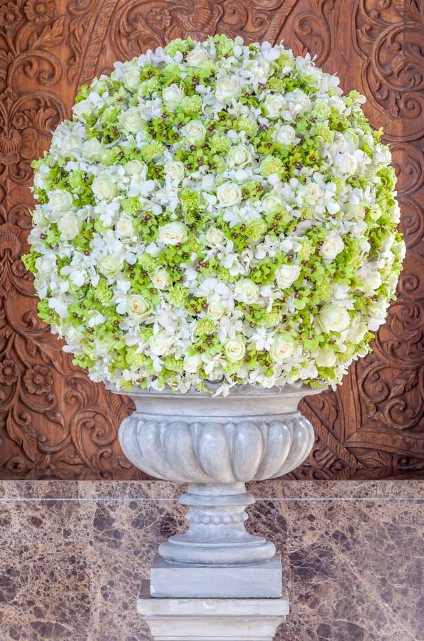 Estilo clásico del ramo hermoso de las flores en la recepción del hotel fotos de archivo