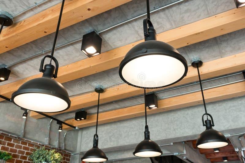 Estilo colgante moderno de la lámpara en sitio imagen de archivo libre de regalías