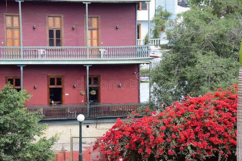 Estilo colonial colorido típico en Lima imagen de archivo