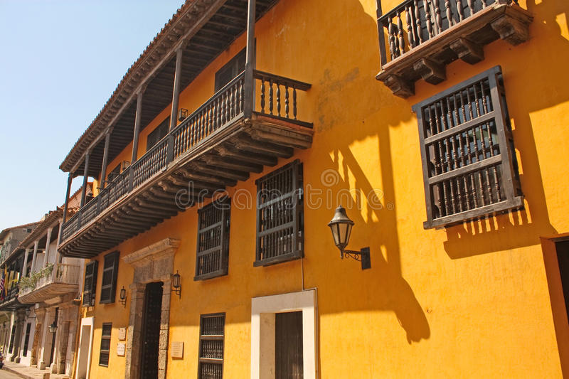 Estilo colonial espanhol da rua em Cartagena de Índia, Colômbia imagens de stock