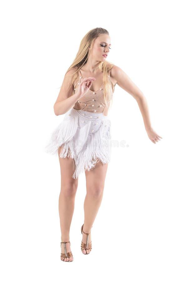 Estilo confiado del latino del baile del bailarín de la mujer profesional en traje del color crema con las franjas foto de archivo libre de regalías