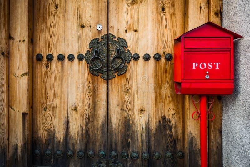 Estilo coreano da porta de madeira na vila de Bukchon Hanok em Seoul, Sout foto de stock