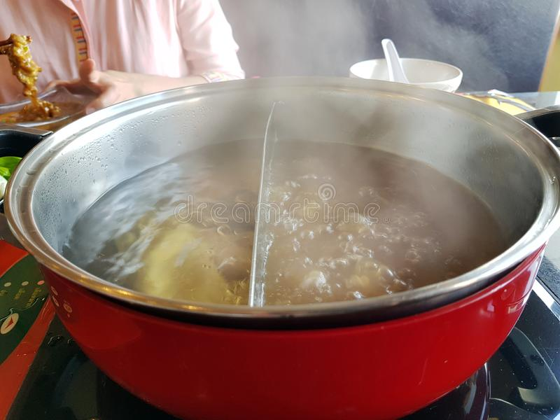 Estilo coreano do alimento de Shabu, Shabu ou terra arrendada grelhada, quente da mão do potenciômetro fotografia de stock