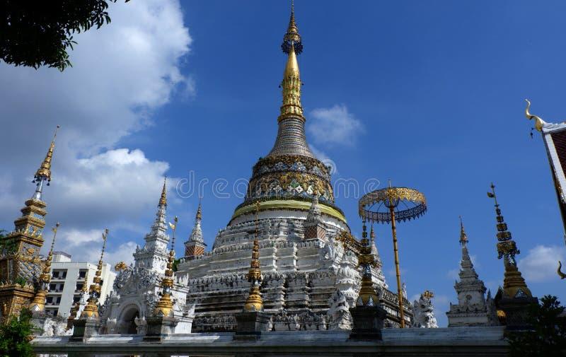 Estilo da arquitetura de Wat San Fang Burmese em Chiang Mai, Tailândia foto de stock royalty free