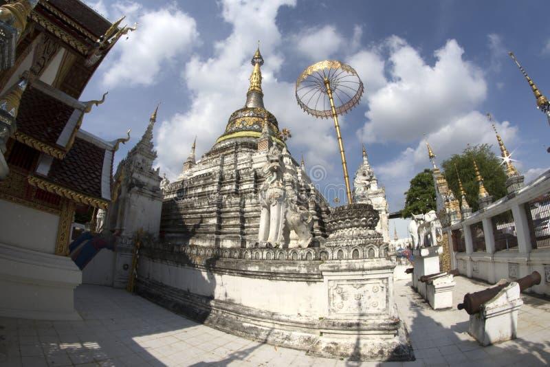Estilo da arquitetura de Wat San Fang Burmese em Chiang Mai, Tailândia foto de stock