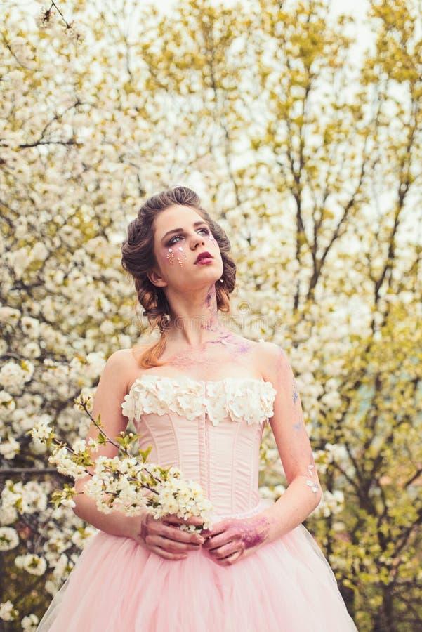 Estilo da mola Terapia natural dos termas da beleza Férias da primavera menina do verão da previsão de tempo na árvore de floresc fotos de stock royalty free