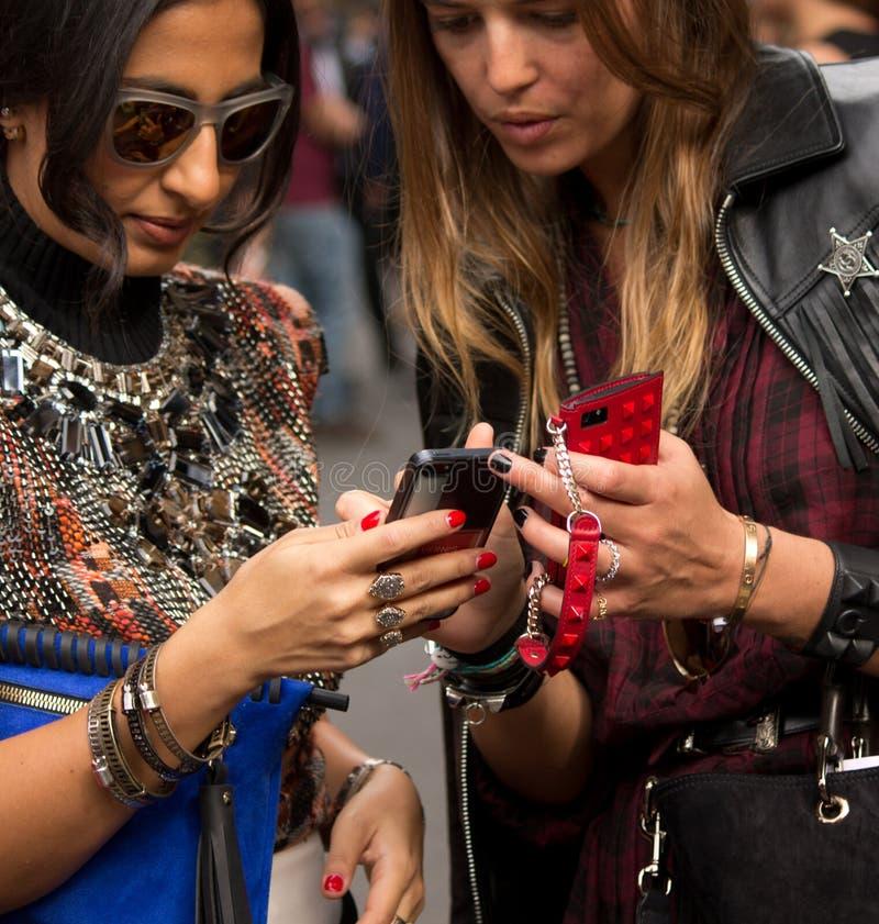 Estilo da rua durante Milan Fashion Week para a mola/verão 2015 imagens de stock