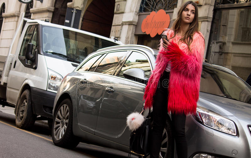 Estilo da rua: Milan Fashion Week Autumn /Winter 2015-16 imagem de stock