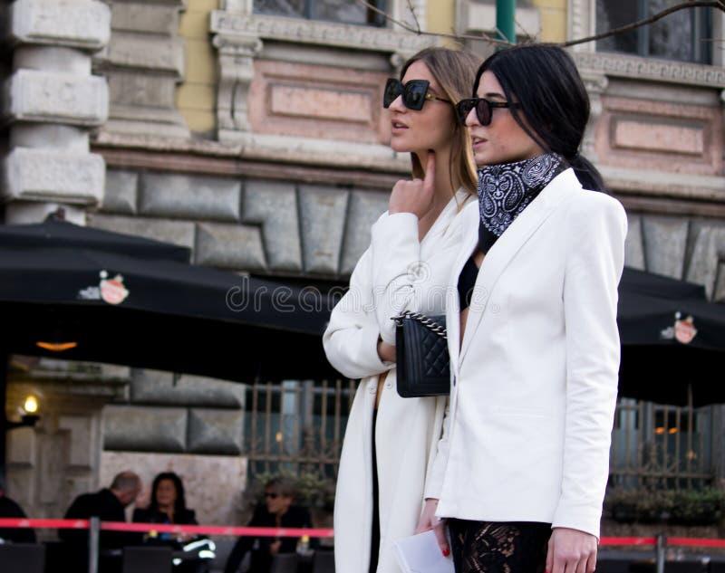 Estilo da rua: Milan Fashion Week Autumn /Winter 2015-16 imagens de stock royalty free