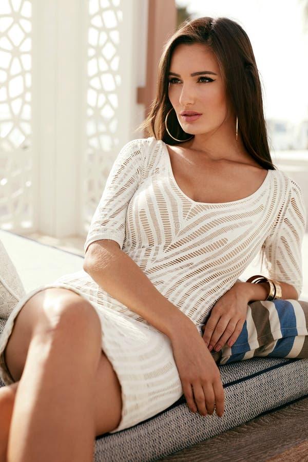 Estilo das mulheres Mulher bonita na roupa à moda da forma fotos de stock royalty free