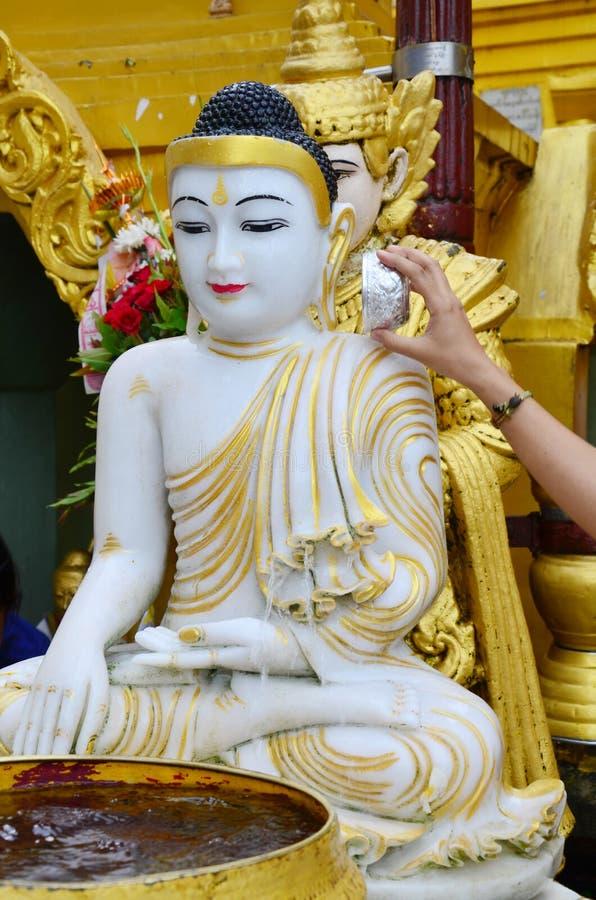 Estilo de Birmania de la estatua de la imagen de Buda de la pagoda de Shwedagon imagen de archivo