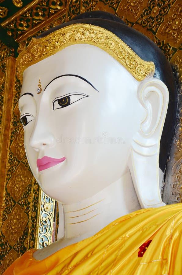 Estilo de Birmania de la estatua de la imagen de Buda de la pagoda de Shwedagon fotos de archivo