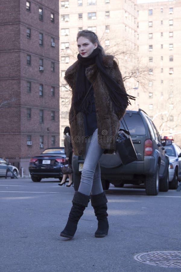 Estilo de la calle del modelo de moda durante semana de la moda fotos de archivo